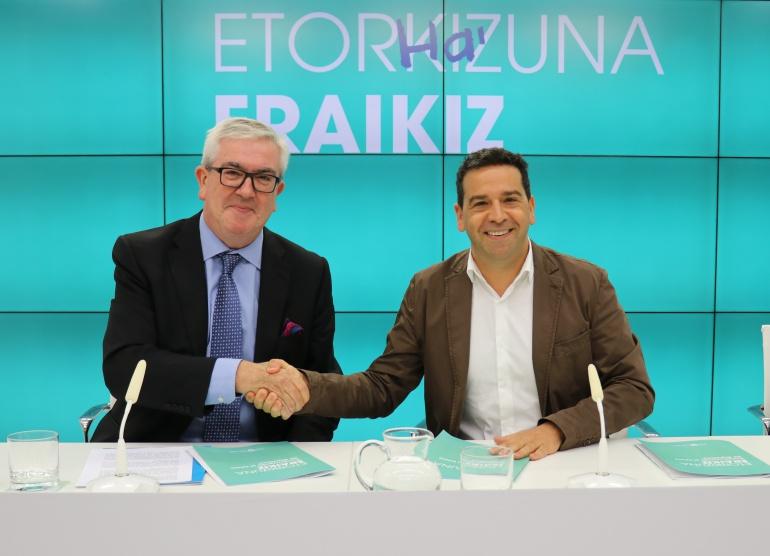 El presidente de UNICEF Euskadi, Isidro Elezgarai, y el portavoz foral, Imanol Lasa, después de firmar el acuerdo de colaboración.