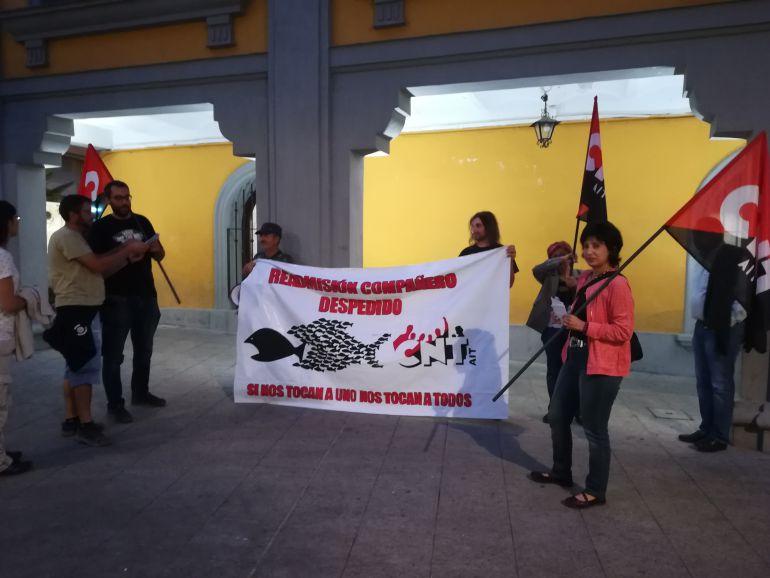 CNT protestó por el despido de su delegada coincidiendo con la celebración del Pleno
