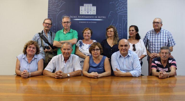 La conceja de educación, Mercedes Sánchez, y Gregorio Morales, concejal de bienestar socia, Gregorio Morales, posan junto a los miembros del Club Unesco Motril