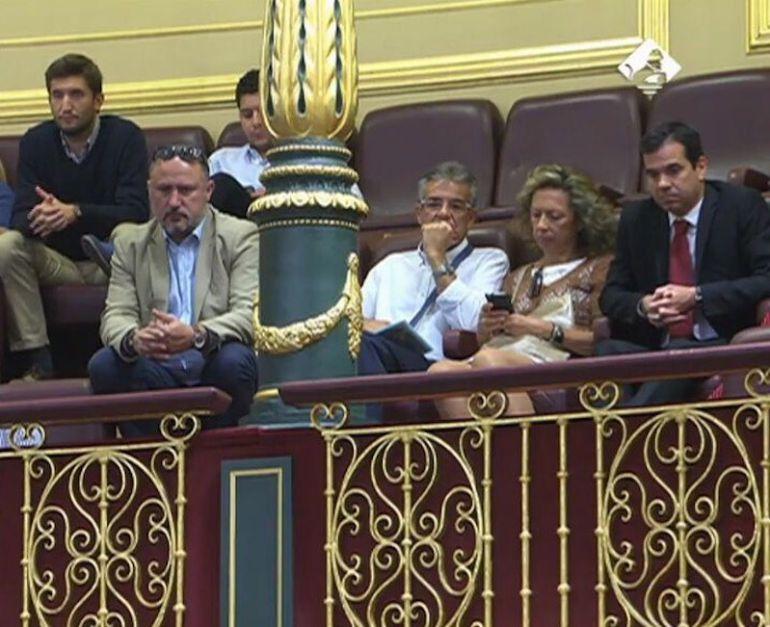 Los padres de Curro, Cristina y Javier (en primera fila segunda y tercero por la derecha), han seguido el debate desde la tribuna de invitados.