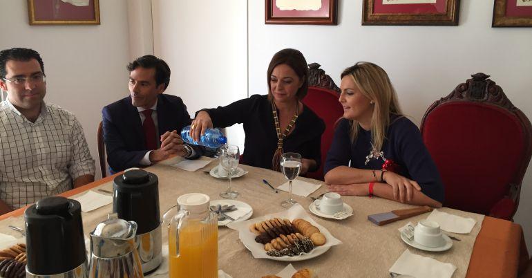 Momento del desayuno con medios de comunicación y agentes sociales en Baeza.