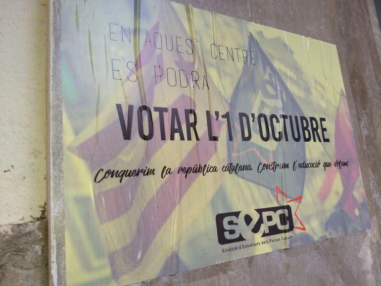 Cartell a la porta d'un institut de l'Eixample de Barcelona