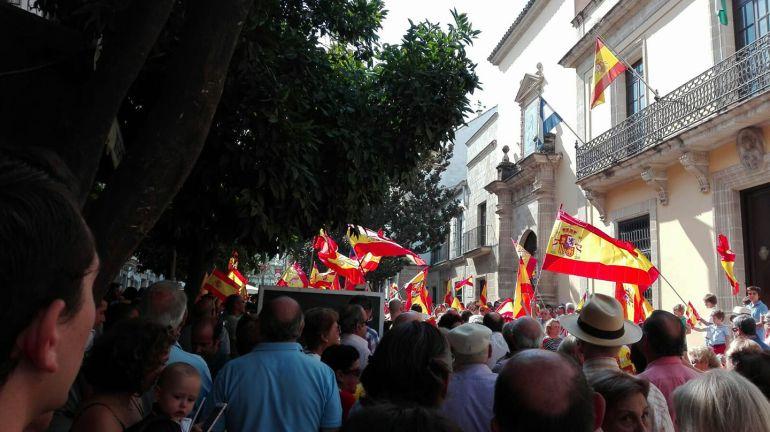 La marcha pacífica por la unidad nacional, a su paso por el Ayuntamiento de Jerez