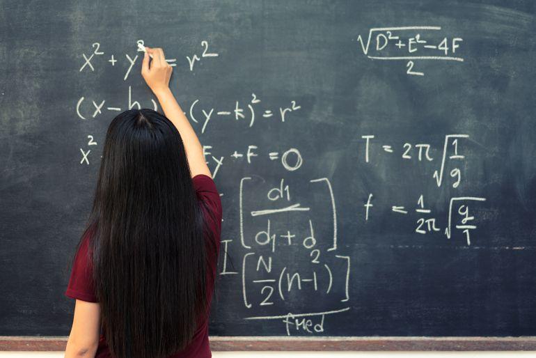 La Junta convocará mil plazas para profesores de secundaria en 2018 y mil para primaria en 2019