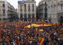 Miles de personas se manifiestan por la unidad de España en Barcelona