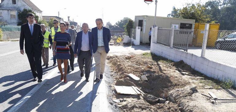 El delegado de la Xunta en Vigo, la alcaldesa de Mos y el teniente de alcalde de O Porriño visitando las obras en la PO-331.