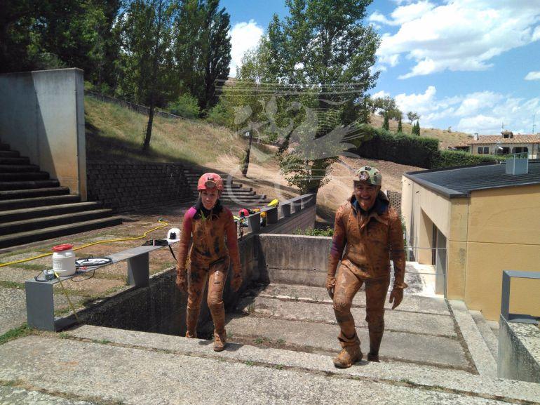 Investigadores del yacimiento arqueológico de Clunia tras salir de la Cueva de Román