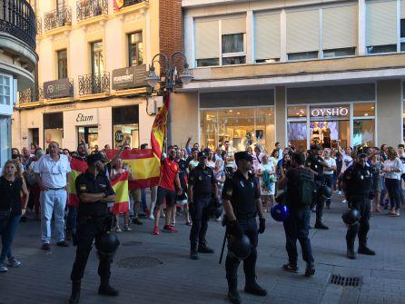 Choque dialéctico en el Bulevar entre colectivos por la situación en Cataluña