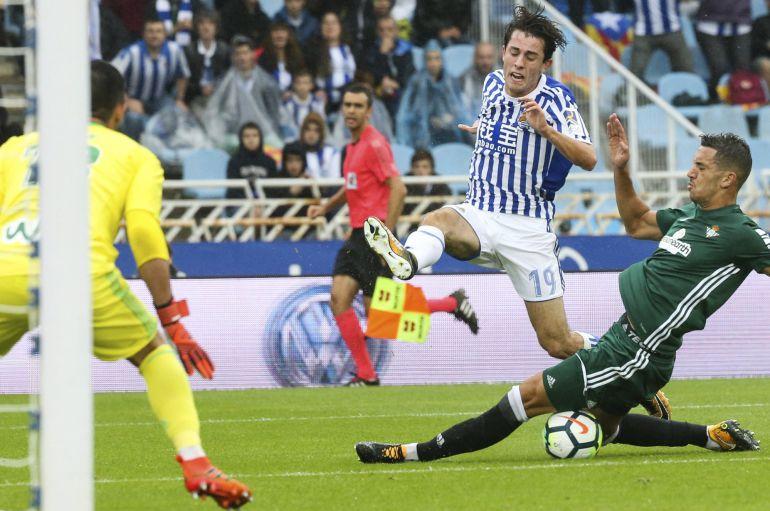 Odriozola trata de centrar un balón en el partido contra el Betis