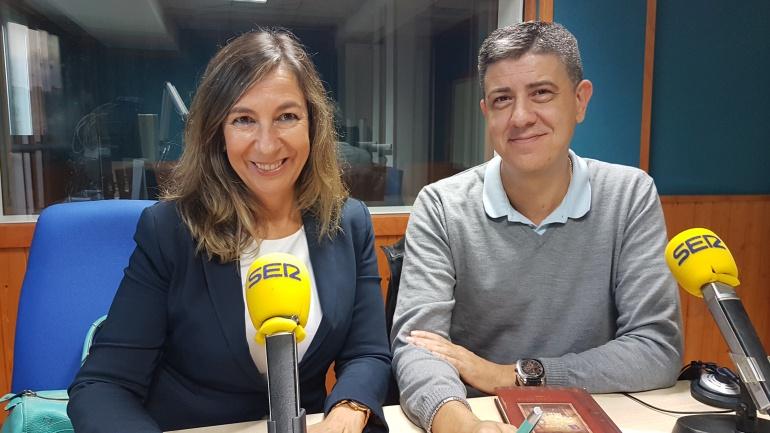 Lourdes López Cumbre y Paco Sierra en un estudio de Radio Santander