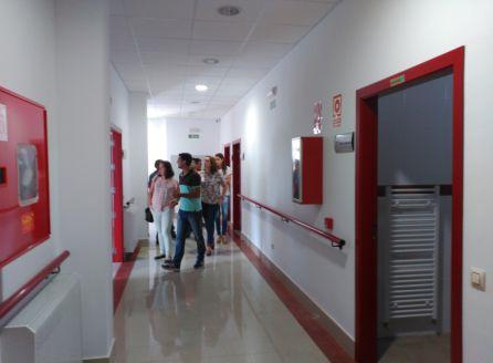 Las autoridades locales recorren las instalaciones de la residencia para conocer las caracteristicas de las instalaciones