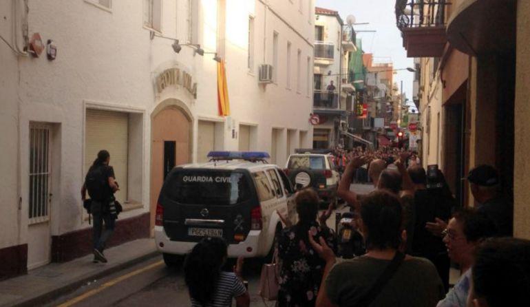 La Guardia Civil abandonando un hotel en Calella