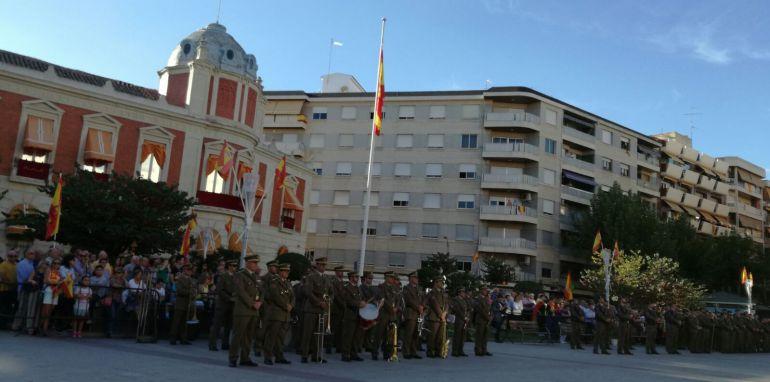 Un millar de ciudadrealeños rinden homenaje a la bandera