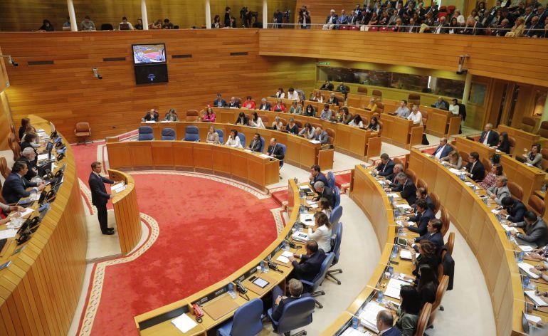 El presidente de la Xunta, Alberto Núñez Feijóo, durante su intervención esta mañana en el Parlamento gallego, que celebra el primer debate de política general de la legislatura en el que intervienen los portavoces de los distintos grupos