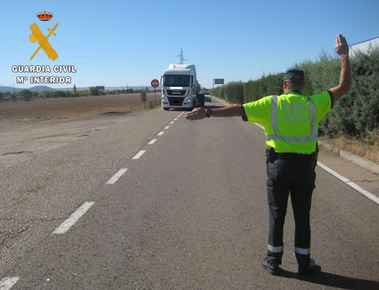 La Guardia Civil de Palencia detiene al conductor de un camión por conducir de modo temerario y negarse a realizar la prueba de alcoholemia