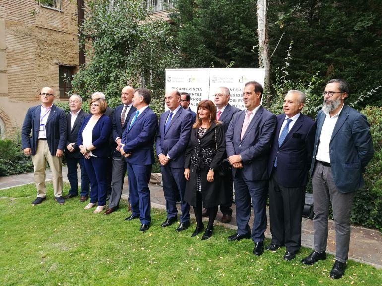 Foto de familia con los presidentes de Diputaciones presentes en la inauguración de esta jornada de gobiernos intermedios