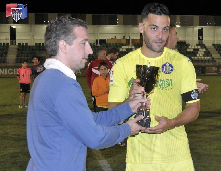 El capitán del Getafe Bruno recoge el Trofeo Ayuntamiento de Segovia