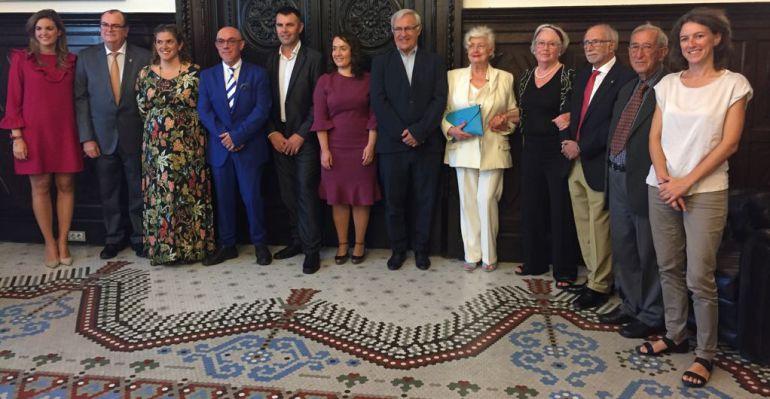 El alcalde Ribó, en el centro, rodeado de los distinguidos este año, junto a la primera y segunda tenientes de alcalde a los lados