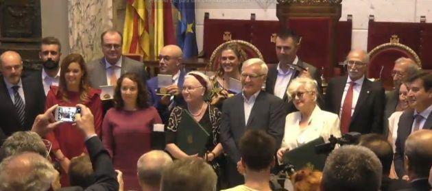 Joan Ribó, la concejal Gloria Tello y todos los portavoces municipales posan junto a los distinguidos este año por el Ayuntamiento