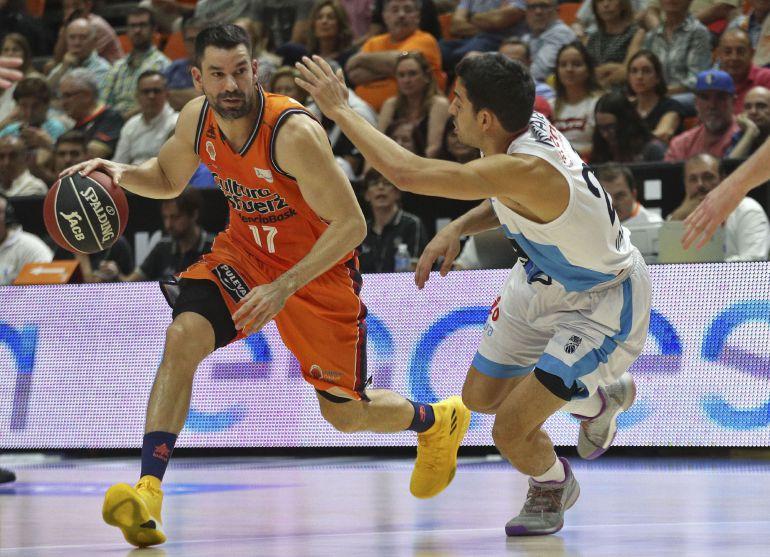 El escolta del Valencia Basket, Rafa Martínez, con el balón ante el escolta checo del Monbus Obradoiro, Adam Pechacek, durante el partido correspondiente a la segunda jornada de la Liga ACB