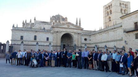 Representantes institucionales y miembros de los grupos de trabajo en la Plaza de la Catedral
