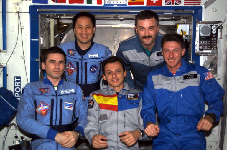 Pedro Duque junto a compañeros astronautas de las expedición séptima y octava a la Estación Espacial Internacional (ISS)