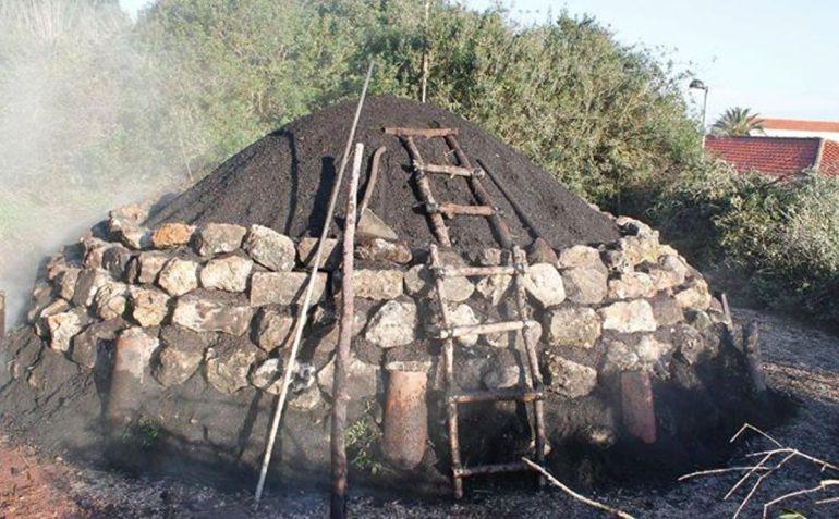 Aún se puede encontrar en la isla a algún elaborador de carbón vegetal que utiliza el método tradicional con estas construcciones como hornos, denominados sitges.