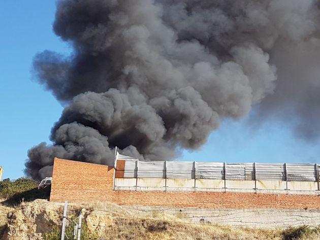 Incendio en el Polígo el Cerro desde el Puente de Hierro