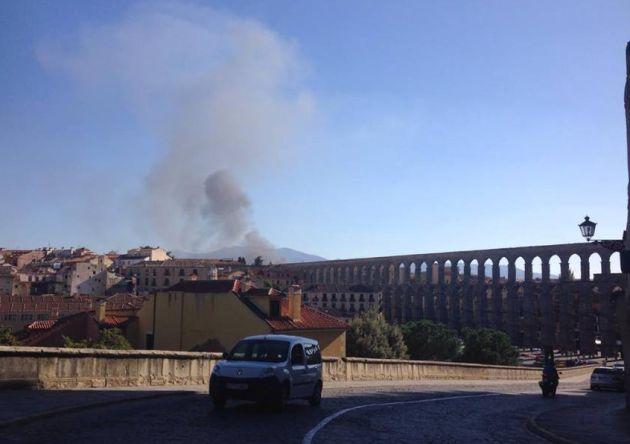 Vista de la columna de humo desde el centro de Segovia