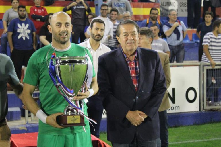 Javi López, capitán del Villarrobledo posa con el trofeo