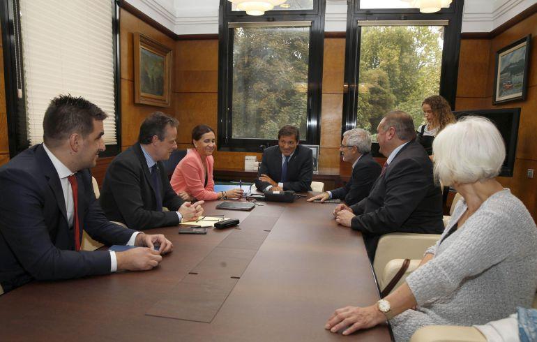La delegacion del gobierno, la FSA e IU, esta tarde, durante el primer encuentro de la negociación presupuestaria. Sede de la Presidencia, Oviedo