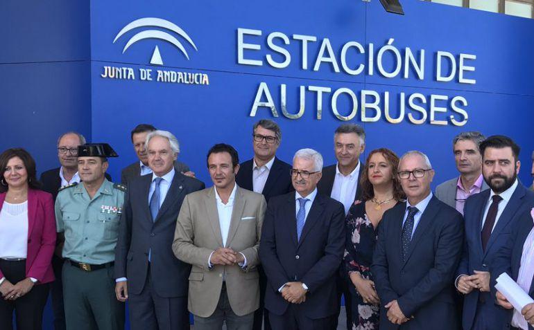Manuel Jiménez Barrios, junto al resto de autoridades en la inauguración de la estación de autobuses de Cádiz
