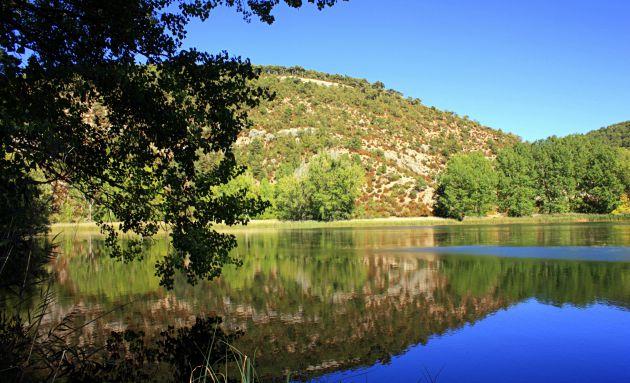Las aguas tranquilas de la Laguna del Marquesado dejan bellos reflejos del paisaje.