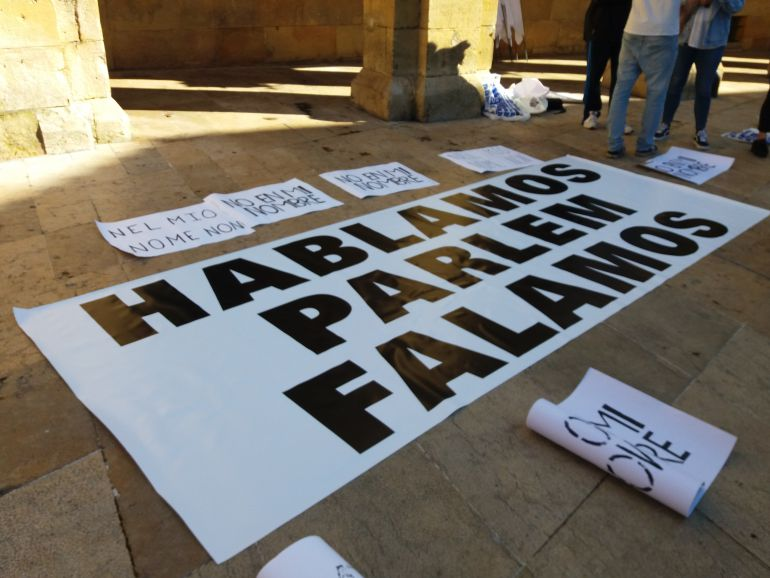 Pancarta de Hablamos Asturias. Esta mañana, en Oviedo