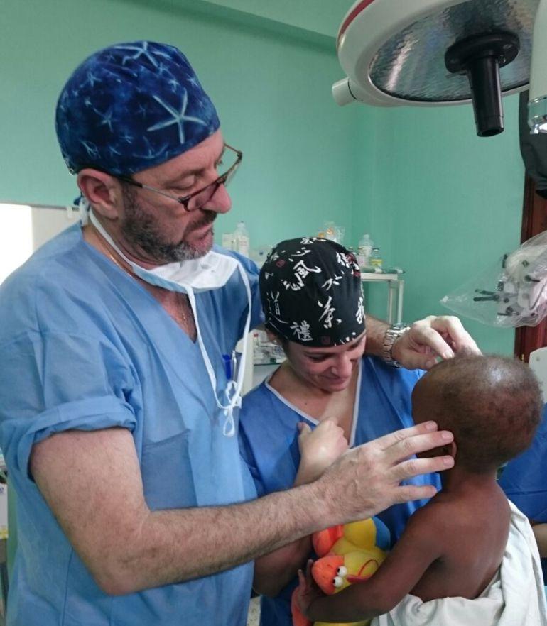 El doctor Gil Salú y la doctora Iglesias atienden a un paciente en Zanzíbar