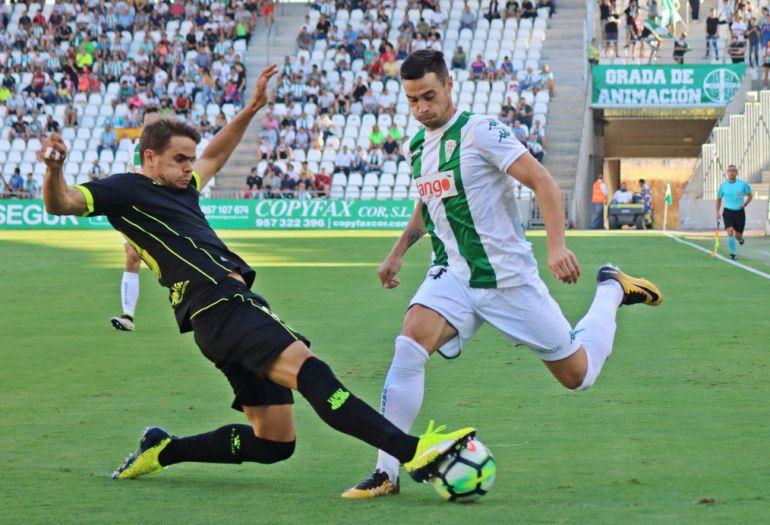 Romero pugna con un jugador del Alcorcón
