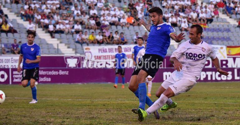 Migue Montes anotando el primer gol del Real Jaén en el derbi ante el Linares.
