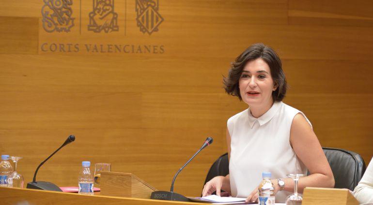 La consellera Carmen Montón en la comisión de Sanidad en les Corts