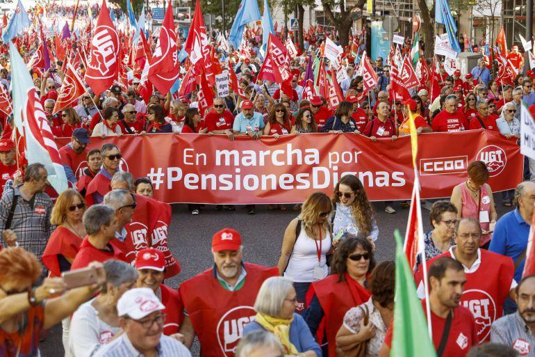 Las Marchas por las pensiones dignas, organizadas por CCOO y UGT, han culminado con una gran manifestación que ha tenido lugar hoy en Madrid. EFE.Emilio Naranjo