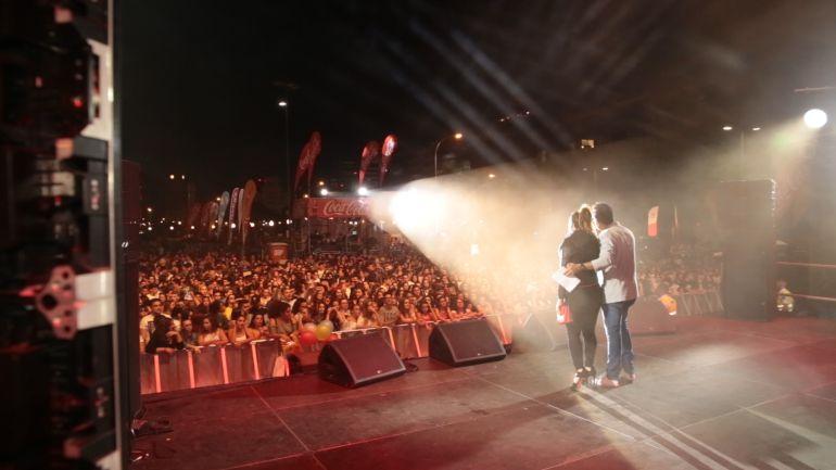 Momento del espectáculo, con Javi Lorenzo y MJ Castañeda en el escenario