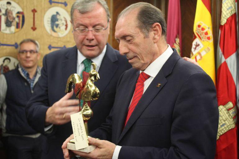 Quini recibe de manos del alcalde Antonio Silván una distinción de la ciudad de León