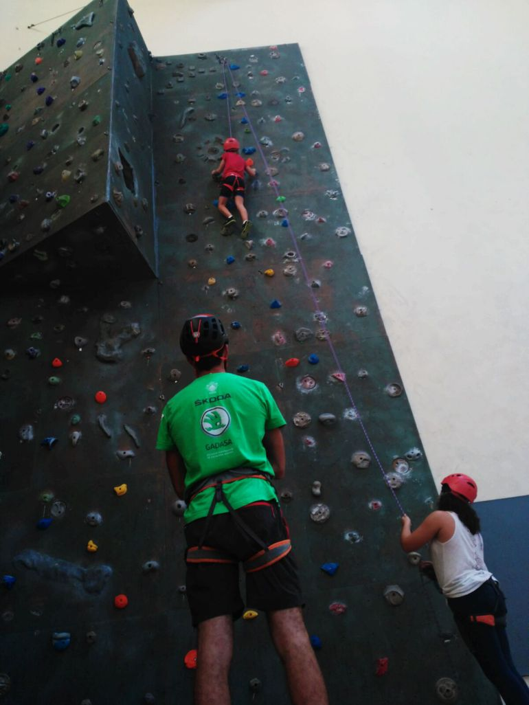 Éxitio de la escuela ourensana de escalada. Hubo que habilitar un tercer grupo para que nadie se quedara fuera