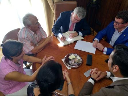 El secretario de Estado de Hacienda, firmó por segunda vez en este documento, la primera en una visita anterior como alcalde de Jaén.