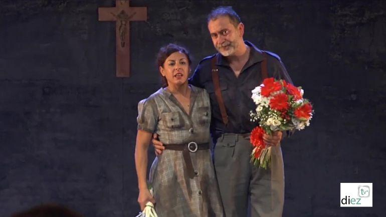 Cristina y Santi Molero tras la función recibien el aplauso del público