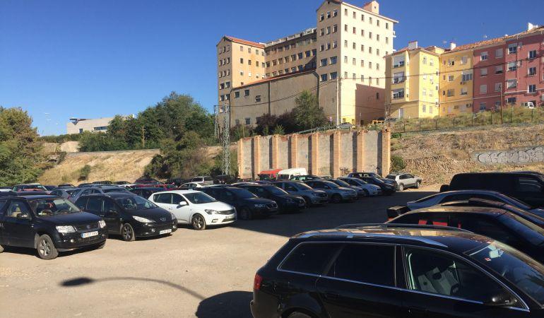 Cientos de coches aparcan a diario en los terrenos de la Resinera y del antiguo club Serranía