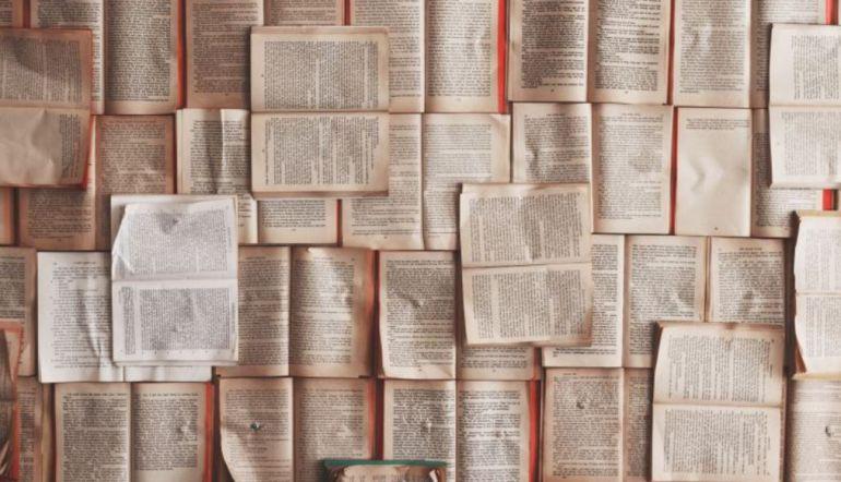 Mural de libros en una actividad sobre Gloria Fuertes.