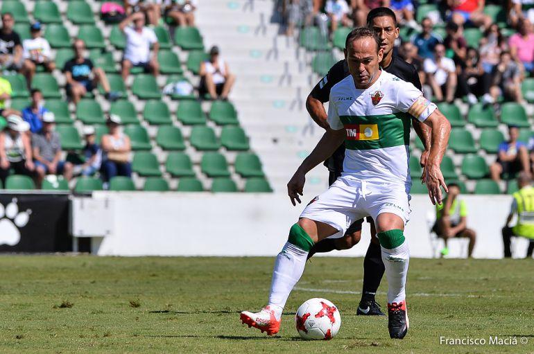 Nino controla el balón en un partido esta temporada en el Martínez Valero