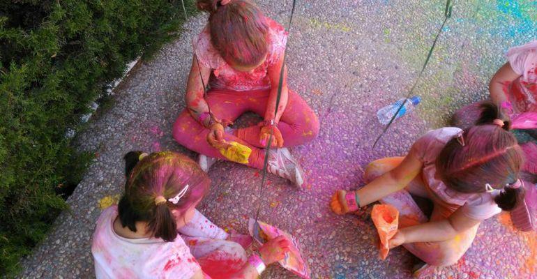 Menores se divierten jugando en una casa de acogida.