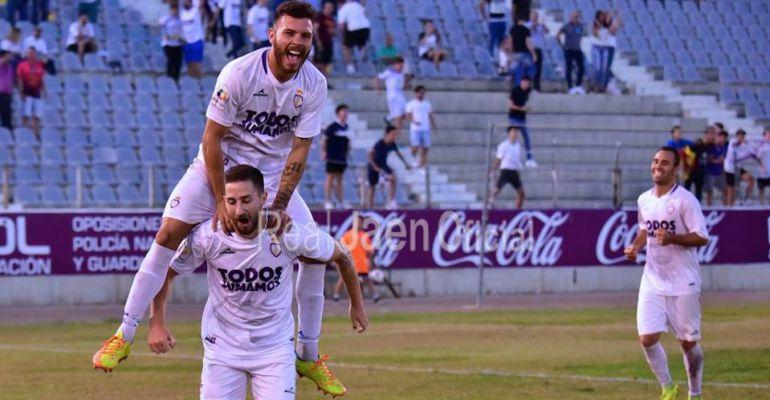 Manolillo celebra el segundo gol con Vera encima y Migue Montes en un segundo plano.