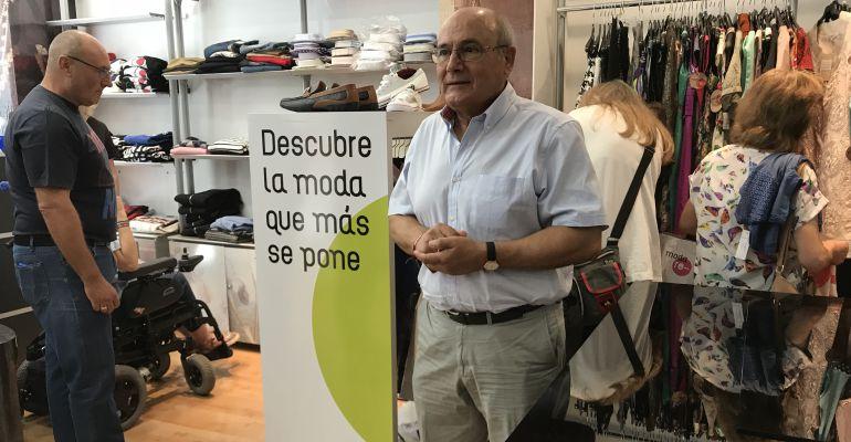El director de Cáritas Diocesana de Jaén, Rafael López Sidro, en la tienda Moda-Re de la capital jienense.